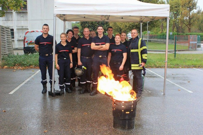 L'équipe des sapeurs pompiers de la caserne et Christian Carretero, gérant de Division Incendie Services