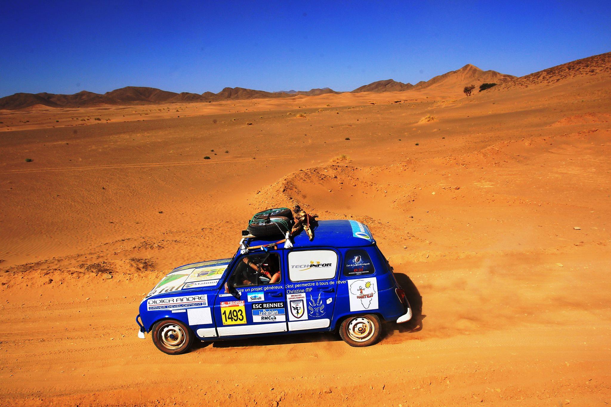 Les binôme des participantes, en plein rallye dans le désert (Dunes de merzouga - Sahara)
